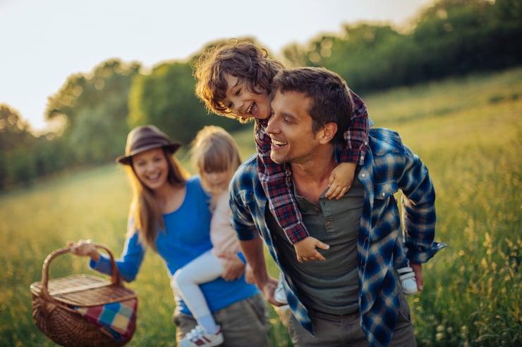 Gelukkige familie in de natuur
